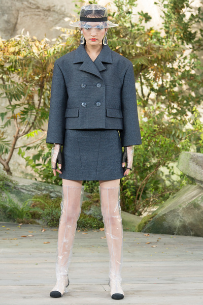 CHANEL Spring 2018 Ready-to-Wear - Look #17
