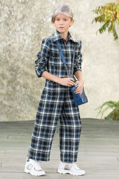 CHANEL Spring 2018 Ready-to-Wear - Look #18