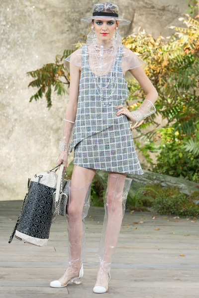 CHANEL Spring 2018 Ready-to-Wear - Look #33